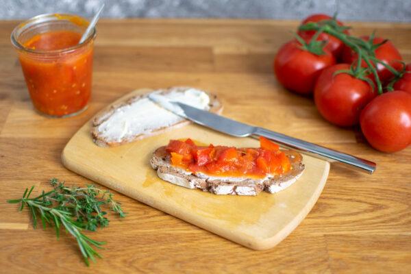 Tomatenpaprika-Salsa und Zwiebelconfit