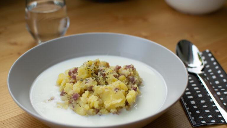 Stampfkartoffeln mit Buttermilch, Speck und Zwiebeln