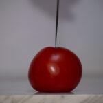 stumpfes Messer auf Tomate Frontalansicht