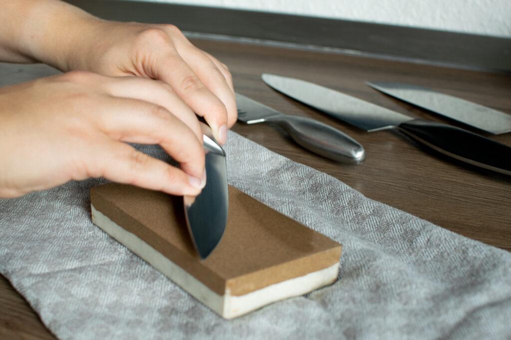 Messer schleifen auf dem Schleifstein