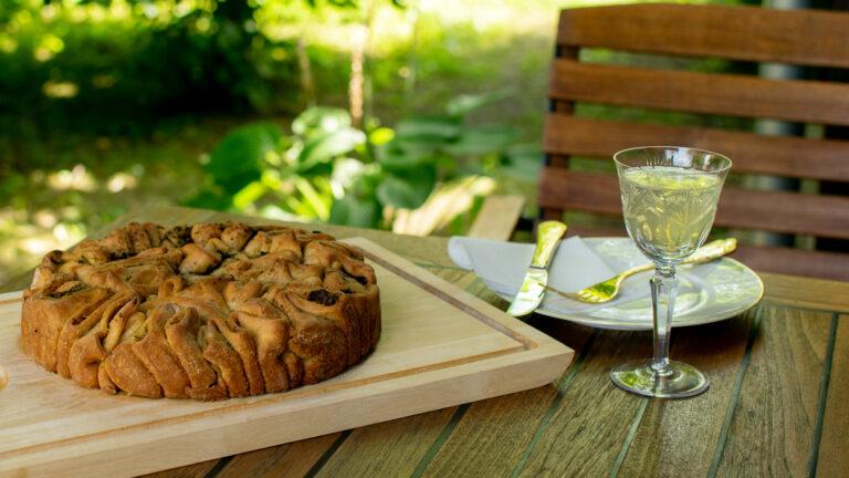 Zupfbrot auf dem Tisch im Garten